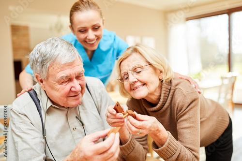 фотография  Senioren Paar hat Spaß mit einem Puzzlespiel