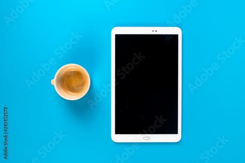 prendere appunti su tablet e blocco note prendendo un caffè Wallpaper Mural