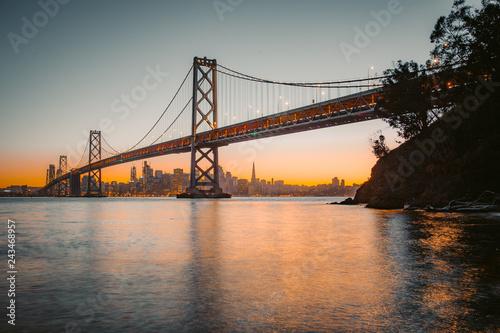 Keuken foto achterwand Amerikaanse Plekken San Francisco skyline with Oakland Bay Bridge at sunset, California, USA