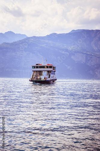 Fotografía  Car ferry on an Italian lake