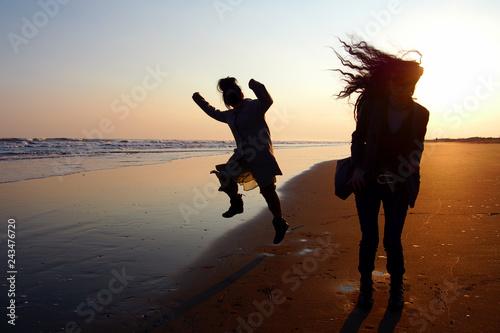 Fotografia, Obraz  夕焼けの海辺ではしゃぐ女友達