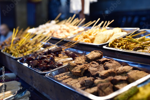 Fotografía  Various Indonesian foods at booth, Food Market in Belitung Island, Indonesia