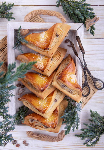 Fotografía  булочка с творогом и изюмом с еловыми ветками