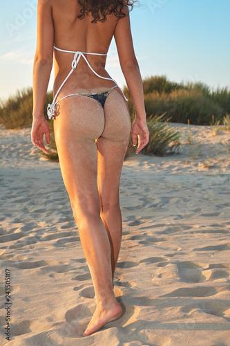 Photo  Sexy young beautiful female model in bikini posing on beach