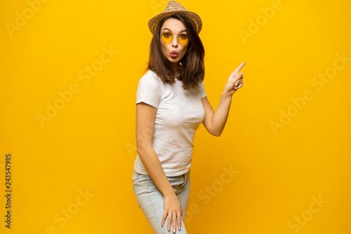 Photo  No way, look this ! Woman pointing finger at copy space