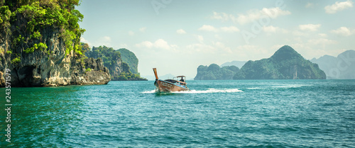 Spoed Fotobehang Asia land Traditional long tail boat at koh Hong island