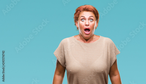 Fotografía  Atrractive senior caucasian redhead woman over isolated background afraid and shocked with surprise expression, fear and excited face