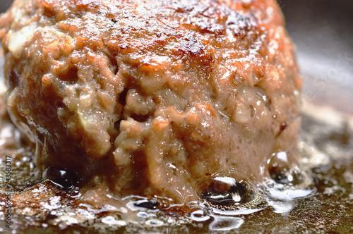 調理中のハンバーグステーキ