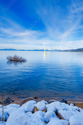 Foto  South Lake Tahoe with snow and blue water