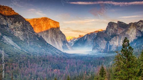 Photo  Sunset at Yosemite Valley seen from Tunnel View