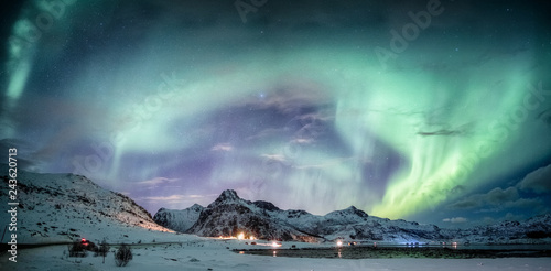 Poster Aurore polaire Northern lights explosion on snowy mountain range