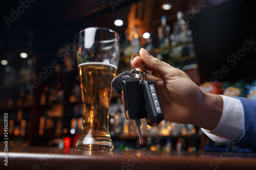 Photo Do not drink and drive Cropped image of drunk man talking car keys