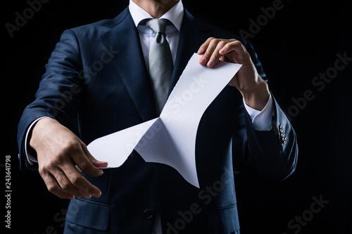 Fotomural 白紙の紙を破るビジネスマン