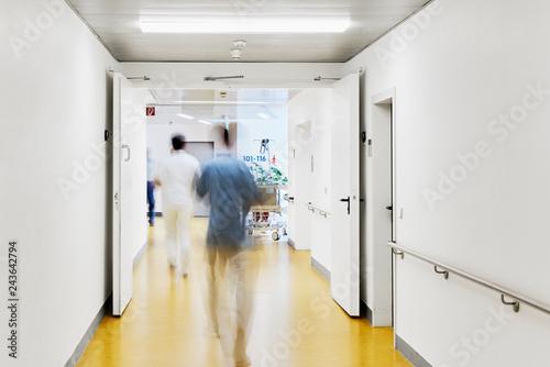 Fotografie, Obraz  Krankenhaus mit Flur Bett Arzt und mit Personen und Bewegungsunschärfe