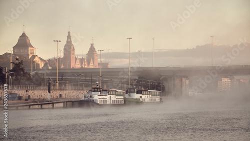 Obraz Nabrzeże Szczecińskiego Miasta w mglisty poranek - fototapety do salonu