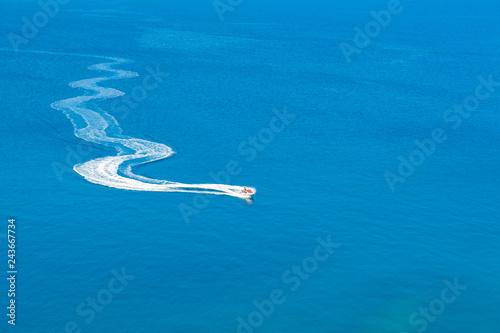Fototapeta premium Jet ski szybuje w morzu. Ekstremalne sporty wodne. Koncepcja podróży i wakacji