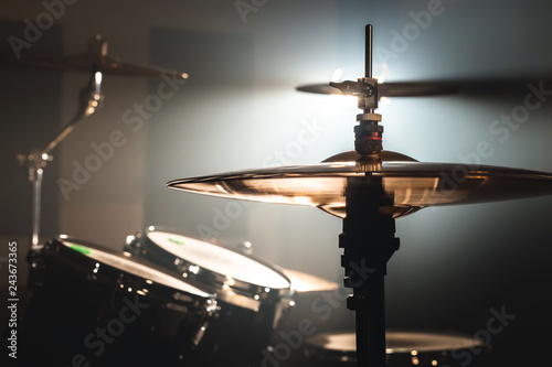Foto  Close-up Drum set in a dark room against the backdrop of the spotlight