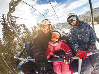 sretni nasmijani obiteljski skijaši na žičarama praveći selfie