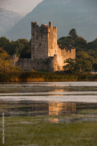 Foto  Ross castle in killarney national park reflected in the lake at sunset