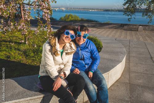 Foto  Two joyful women in funny sunglasses