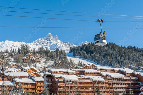 France, Savoie : Le village de Meribel, chalets, résidences et pistes de ski.