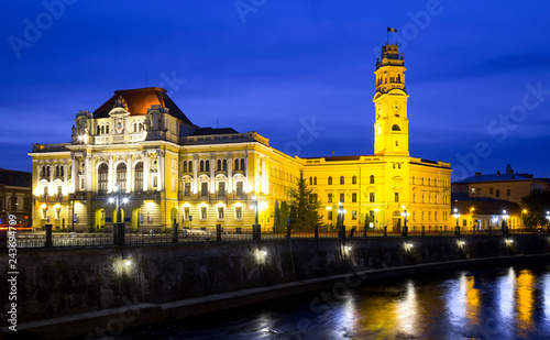 In de dag Europese Plekken Oradea City Hall and river Crisul Repede in night