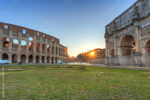 La pose en embrasure Rome The Arch of Constantine and the Colosseum in Rome at sunrise, Italy