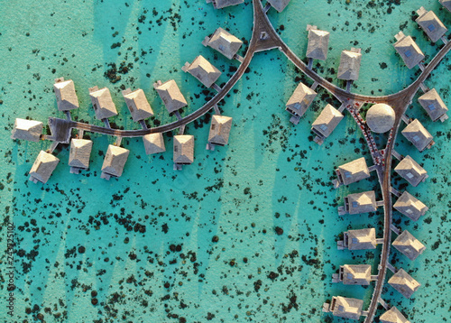 Fotografía Aerial view of overwater bungalows with thatched roofs in the Moorea lagoon in F