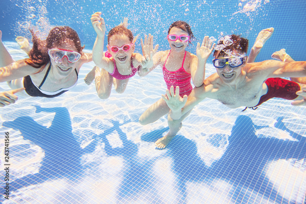 Fototapeta family  in swimming pool