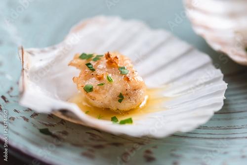 Carta da parati Seared scallops shell with butter, garlic and parsley.