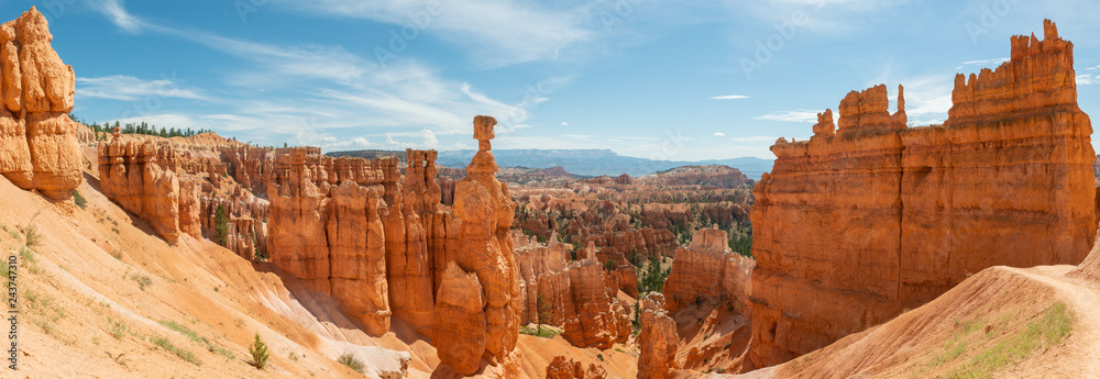 Fototapeta Panorama of hoodoos including Thor's Hammer from Navajo Loop in Bryce Canyon National Park, Utah
