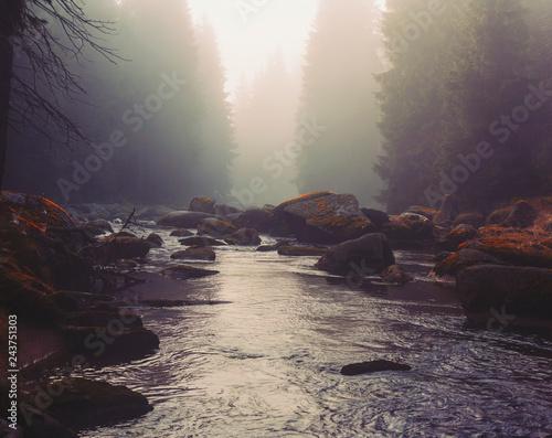 rzeka-izera-w-mglistym-krajobrazie-w-godzinach-porannych-izerskie-gory