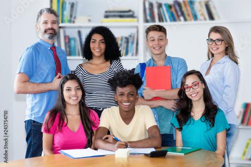 Foto Internationale Schulklasse mit Lehrern
