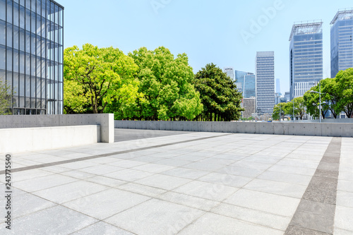 Fotografia City square floor and modern commercial building in Shanghai