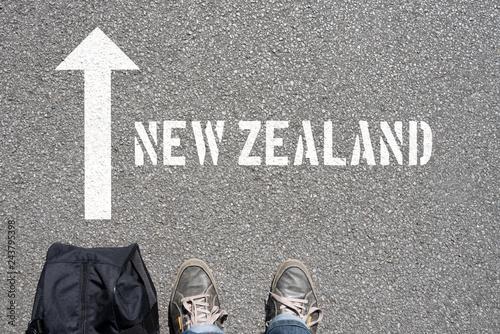 Keuken foto achterwand Oceanië Ein Mann mit einer Reisetasche unterwegs in Richtung Neuseeland