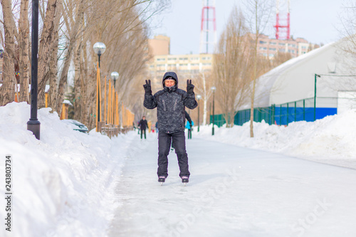Fotografia  Mature man skating on the ice track in the park.