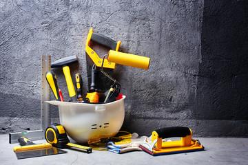 zestaw narzędzi budowlanych na tle czarnej ściany