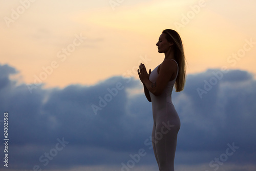 Fotografía  Silhouette of a charming young beautiful slim woman yoga instructor doing a stan