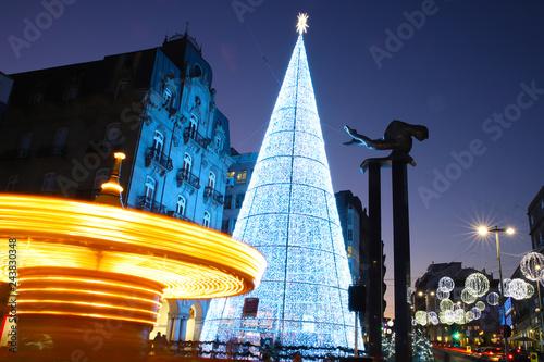 Photo centro de la ciudad de Vigo iluminada en Navidad con un árbol de luces gigantes