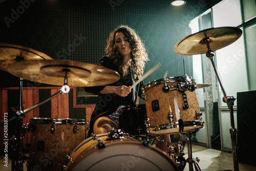 Carta da parati Woman playing drums during music band rehearsal