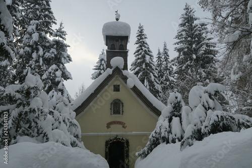 Canvastavla kleine Kirche im Schnee Winteridylle