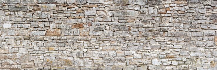 Panorama - Alte graue Mauer aus groben, vielen kleinen, rechteckig gehauenen Natursteinen