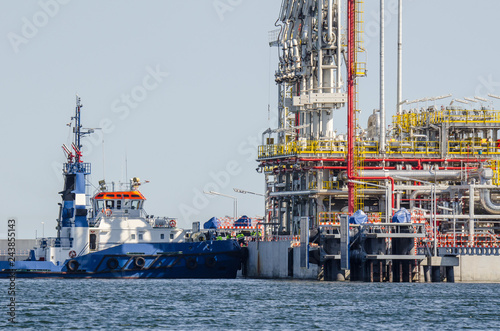 Foto op Plexiglas Poort LNG TERMINAL - Tugboat at the construction of the wharf in Swinoujscie for the gas tanker