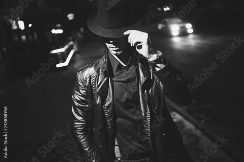 Papel de parede  A man with a cigarette in a hat and a raincoat on the street of a night city