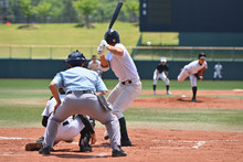高校野球の試合で打者に投げる投手