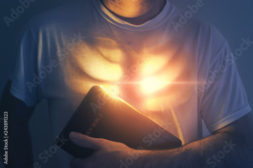 Glowing heart and Bible Fototapete