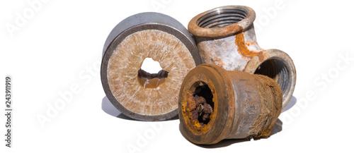 Papel de parede Rost Kalk in Leitungen - adapter der Wasserleitung isoliert auf weiss