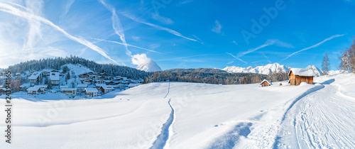Fotografía  Wide panoramic view of winter landscape with snow covered trees and houses in Seefeld in the Austrian state of Tyrol