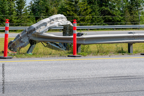 Fotografía  A bent and twisted guard rail at the side of a highway