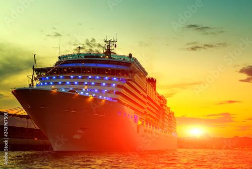 Foto auf Leinwand Gelb Sunrise Cruises passenger ship
